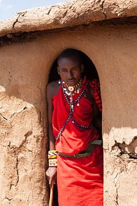 Masaï met vliegje op zijn neus.