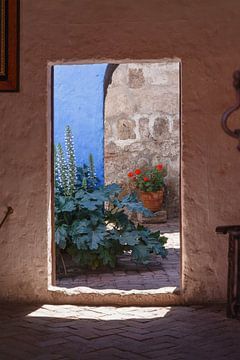 Doorkijkje Santa Catalina klooster Arequipa, Peru van Martin Stevens