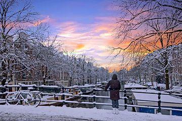 Besneeuwd Amsterdam Nederland bij zonsondergang von Nisangha Masselink