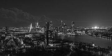 De skyline van Rotterdam met een verlichte De Kuip van