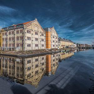 Zicht op de Blokhuispoort in Leeuwarden gespiegeld in de stadsgracht