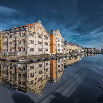 Zicht op de Blokhuispoort in Leeuwarden gespiegeld in de stadsgracht von