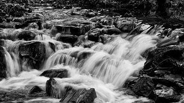 Rustieke waterval in zwart wit. De zachtheid van het water is goed te zien met lange sluitertijd van noeky1980 photography