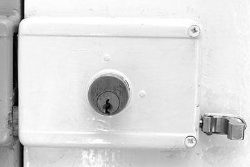 Ouderwets deur slot. Zwart wit. Vintage interieur design van Bobsphotography