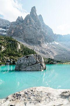 Steinfelsen umgeben von türkisen Bergsee von WILD AMBASSADORS