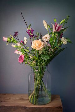 Stillleben Blumen in einer Vase: Feldblumenstrauß Frühling von Marjolein van Middelkoop