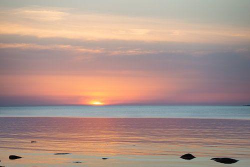Zonsondergang met een stille zee