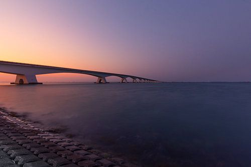 De Zeelandbrug tijdens een prachtige zonsondergang