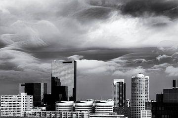 Rotterdamer Skyline mit wütenden Wolken von Friso Kooijman