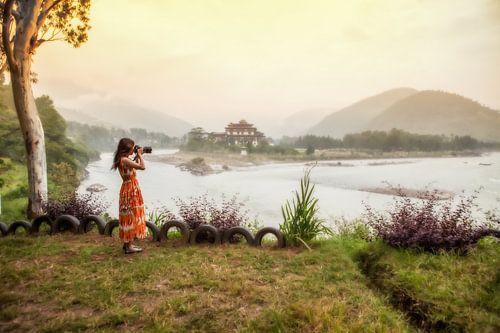 Fotografe aan de oever van de Po Chhu rivier bij de Dzong van Punakha. Wout Kok One2expose