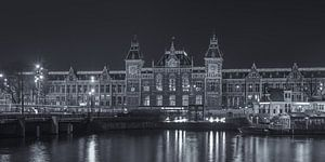 Amsterdam Centraal Station in de avond in zwart-wit - 2