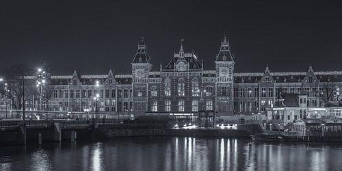 Amsterdam Centraal Station in de avond in zwart-wit - 2 van Tux Photography