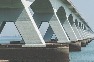 Detail van van  Zeelandbrug met zijn eindeloze industriële architectuur
