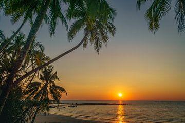 Zonsondergang op het strand van Ngapali, Myanmar sur Annemarie Arensen