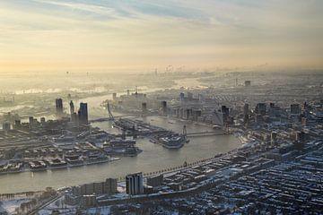 Luchtopname van een winters, met sneeuw bedekt,  Rotterdam van Marco van Middelkoop