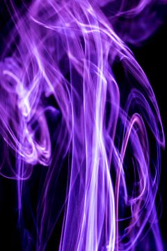 Violette en witte rook op een zwarte achtergrond van Robert Wiggers