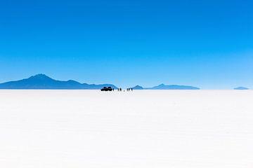 Uitzicht op reisgezelschap in de Salar de Uyuni zoutwoestijn in Bolivia sur Wout Kok