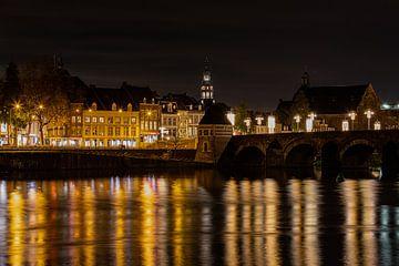 skyline van Maastricht tijdens de avond met zicht op de sint servaasbrug en het oude stokstraatkwart van Kim Willems