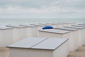 Parasol tussen strandhutten van