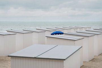 Sonnenschirm zwischen den Strandhütten von Arno Maetens