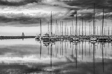 Abendunterhaltung im Hafen von Stavoren in Friesland von Harrie Muis