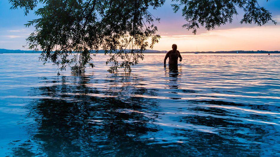Mann im Sonnenuntergang van Holger Debek
