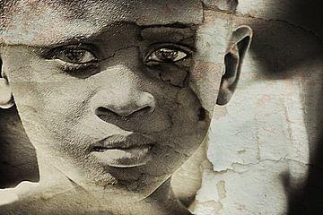 Mixed art portret van Afrikaans kind in sepia van Heleen van de Ven