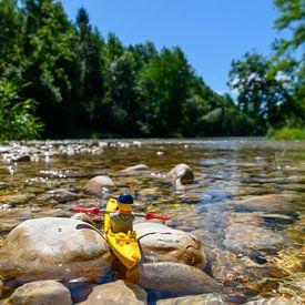 Marionnette Lego dans un paysage naturel avec canoë sur Michel Knikker