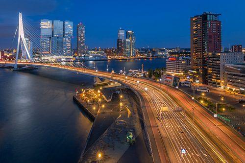 Skyline Rotterdam met Erasmusbrug tijdens het blauwe uurtje
