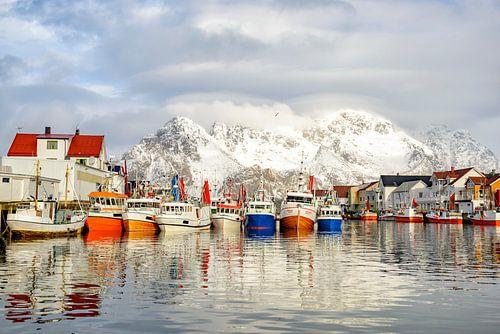Vissersboten in de haven van Henningsvær Lofoten