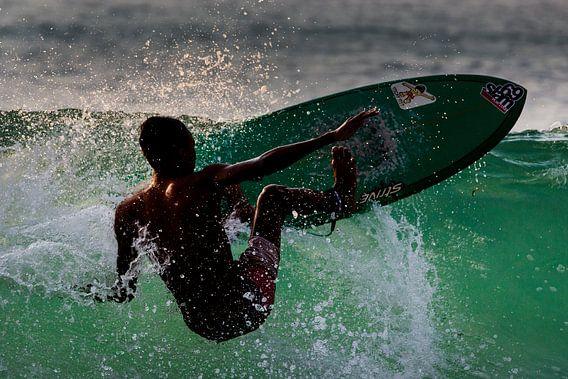 Surfer bij Dreamland Beach Bali van Willem Vernes