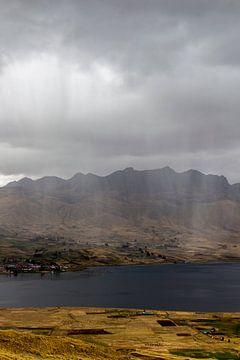 Landschaft mit Regen in der Ferne. von Amy Verhoeven