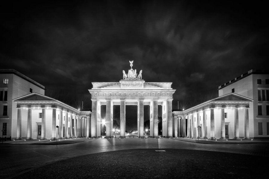 BERLIN Brandenburg Gate | Monochrome van Melanie Viola
