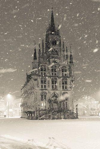 Stadhuis Gouda in de sneeuw van Remco Gielen