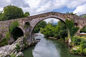 Römische Brücke in Canga de Onis von Easycopters