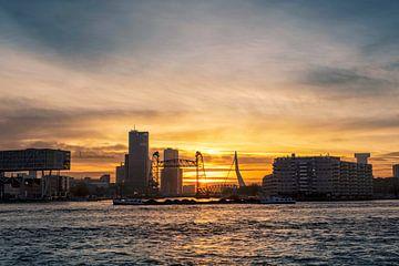 Oude monumentale spoorbrug genaamd De Hef en de Erasmusbrug in Rotterdam