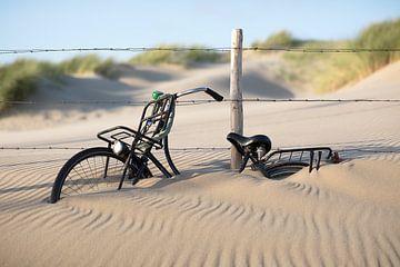 Fahrrad im Sand von Maurice Haak