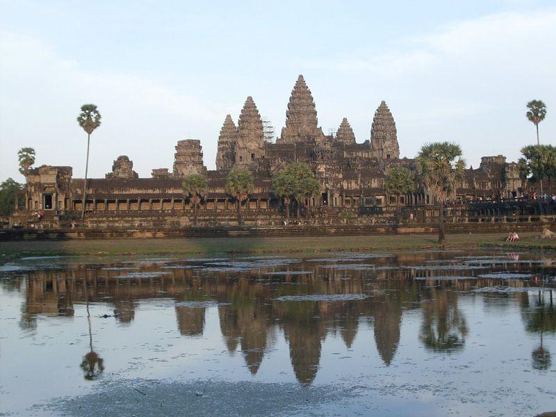 Angkor Wat - Cambodia - by days end van Daniel Chambers