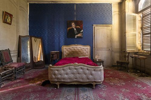 Verlassenes Schlafzimmer in einem Schloss. von Roman Robroek