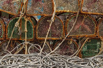 Viskorven en touwen in de haven van Fisterra van Johan Pape