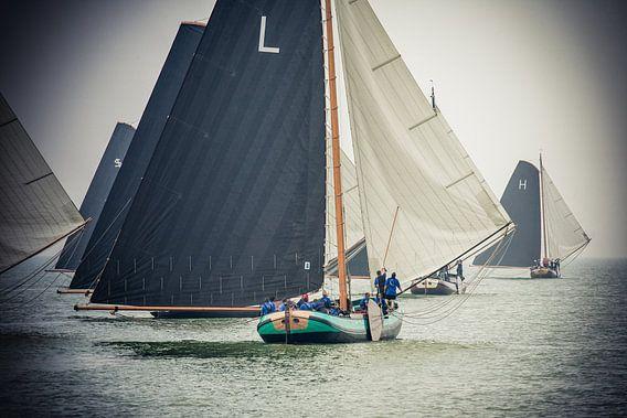 Skûtsjes voor de wind op het IJsselmeer