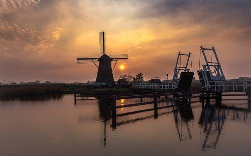 Een silhouette van de molen in Kinderdijk