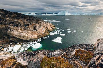 Rotskust in baai in het Ilulissat ijsfjord in Groenland van Martijn Smeets