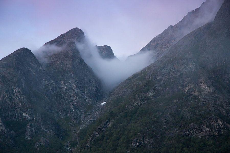 Zonsondergang in de bergen van Noorwegen