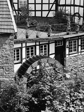 Monschau in der Eifel 6 (Alte Senfmühle) schwarz-weiß von Jörg Hausmann