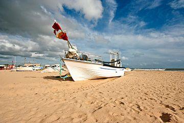 Traditionele vissersboot op het strand van Armacao de Pera in Portugal van Nisangha Masselink