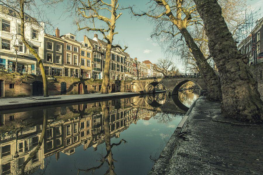 Weesbrug over de Oudegracht op een zonnige winterdag van De Utrechtse Grachten