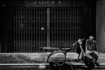 Old man in the streets of Bankok in the rain van Jeroen Somers