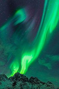 Aurore boréale ou Aurora Borealis sur les montagnes enneigées de l'hiver