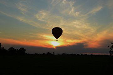heteluchtballon tijdens zonsondergang in de polders van Nederland van tiny brok